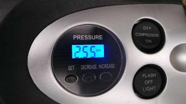 Test: P.I. Auto Store Premium Digitale Reifenpumpe - Elektrisch 12V DC tragbarer Auto-Druckluftkompressor . Pumpt bis zu 6,9 Bar mit tragbarem Gehäuse.